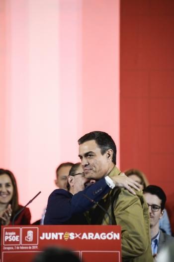 Lamban abraza a Pédro Sánchez