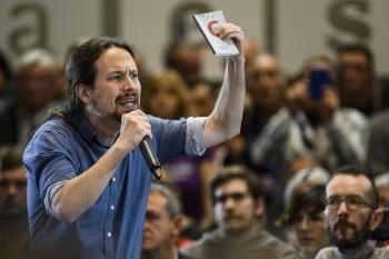 Pablo-Iglesias-en-Zaragoza-con-la-Constitucion-en-la-mano