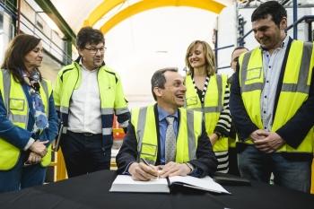 Pedro-Duque-firmando-en-el-libro-de-visitas-en-el-laboratorio-de-Canfranc-2019